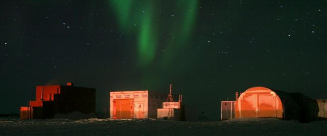 Aurora australis over buildings at the South Pole.